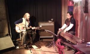 Duo guitariste et E'Joung-Ju avec son geomoungo, la cithare traditionnelle coréenne